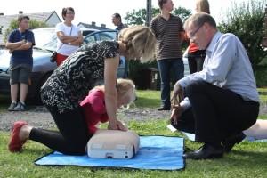Instruktaż udzielania I pomocy i ćwiczenia na fantomach podczas akcji promocji zdrowia Ambasady Sukcesu w Staniszczach