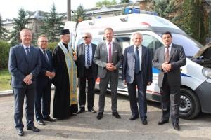 Przekaznanie daru - ambulansu Szpitalowi w Iwanofrankiwsku przez Dyrektora Szpitala Neuropsychiatrycznego w Opolu - Krzysztofa Nazimka