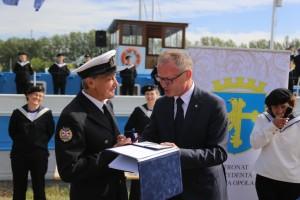 Wręczenie odznaki Za Zasługi dla Województwa Opolskiego Druhnie Marii Markuszewskiej-drużynowej 41 Drużyny Żeglarskiej